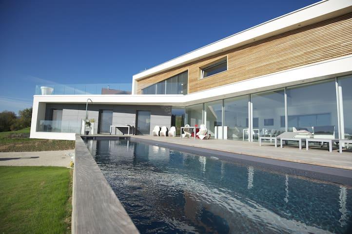 Villa contemporaine avec vue lac et montagnes