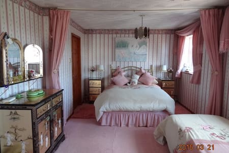 Quadruple  bedded room private bathroom - Ellesmere Port