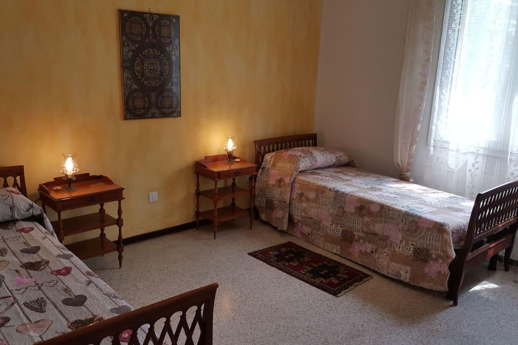 La camera con i letti singoli (primo piano)
