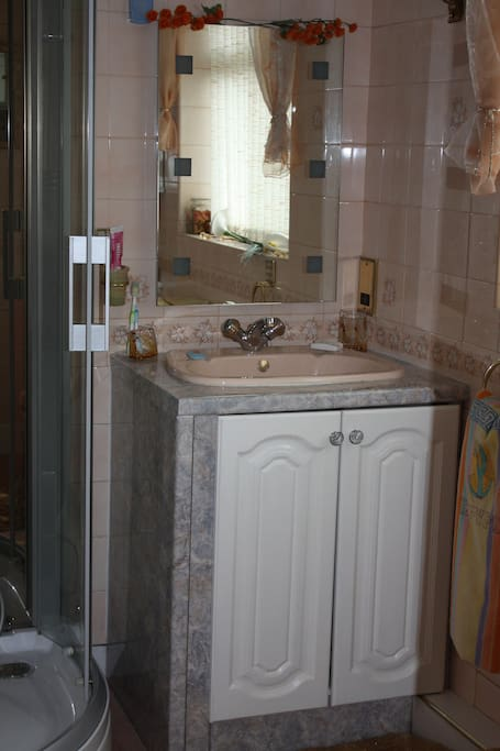 Private shower room / sink / toilet with towels/ toiletries