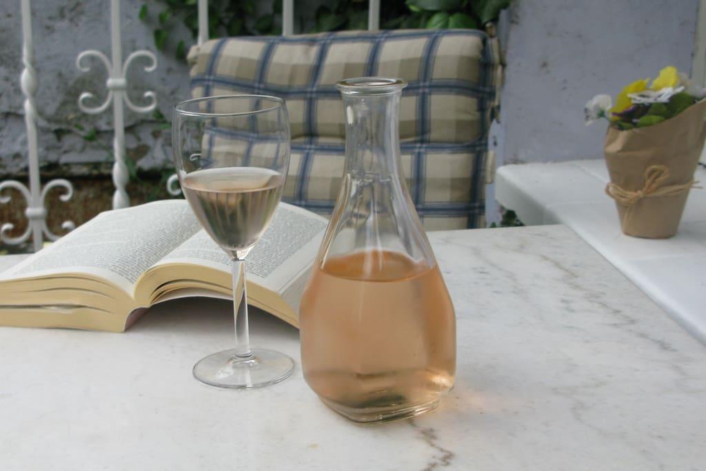 Even genieten van een goed boek en glaasje rosé