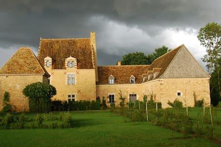 Manoir XV ème, chambre - Saint-Célerin