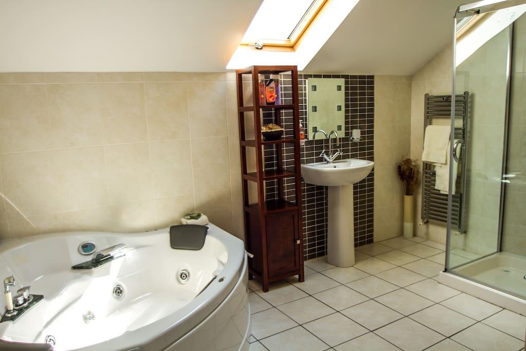 Spacious en-suite with jacuzzi bath and shower