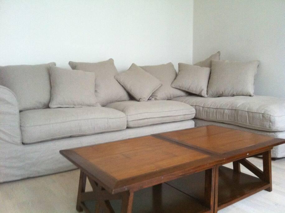 Coin salon avec méridienne, Tv écran plat, wifi, salle à manger, table avec allonges.