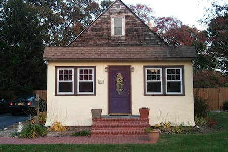 Comfy and Close to All - West Islip - Huis