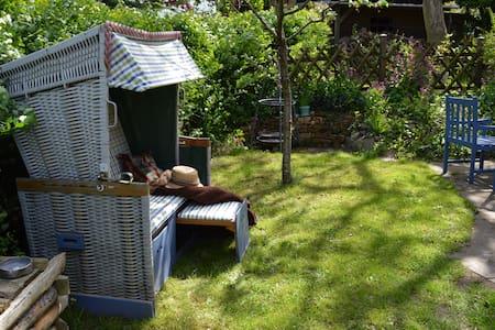 Ferienwohnung mit eigener Terrasse - Hus