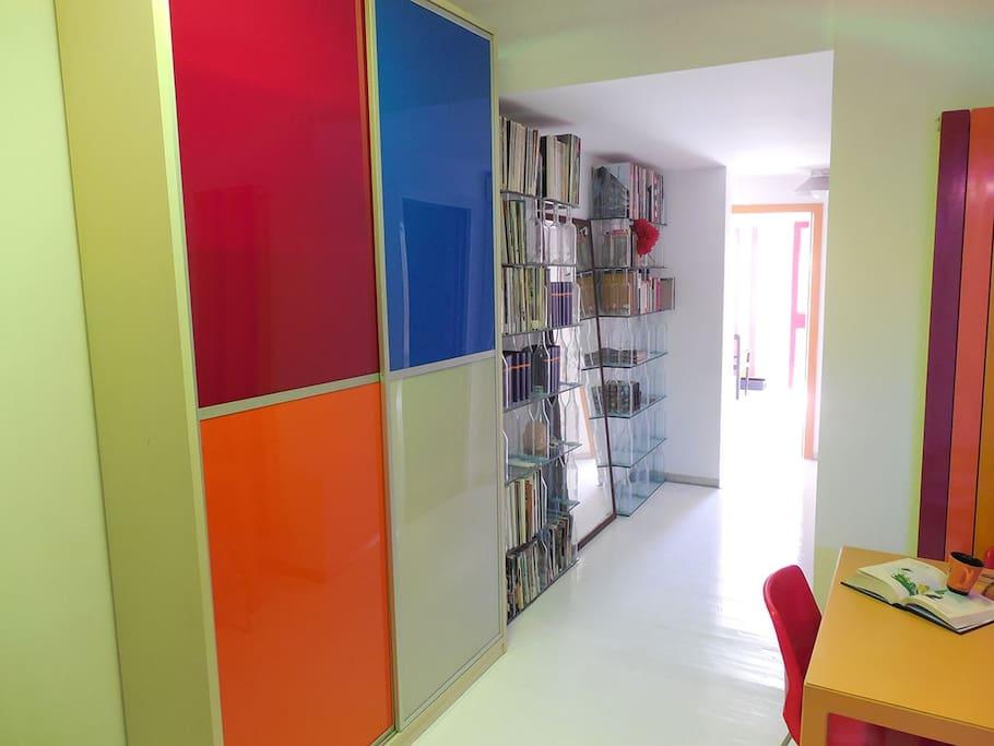 Armadio-dispensa e libreria nel corridoio