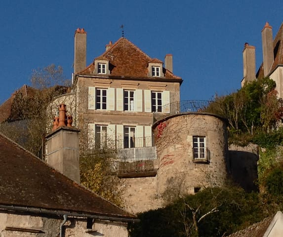 Vue sur la terrasse et la Maison Févret