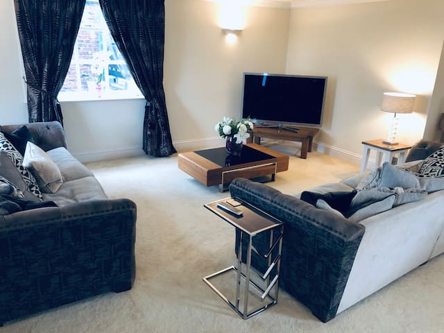 Nice & cosy flat, 10 mins to Manchester airport