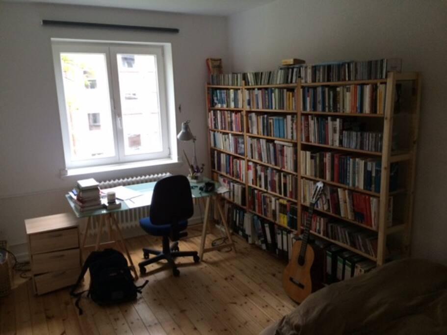 Lesefutter gibt es auf alle Fälle genug - auch über Hamburg.