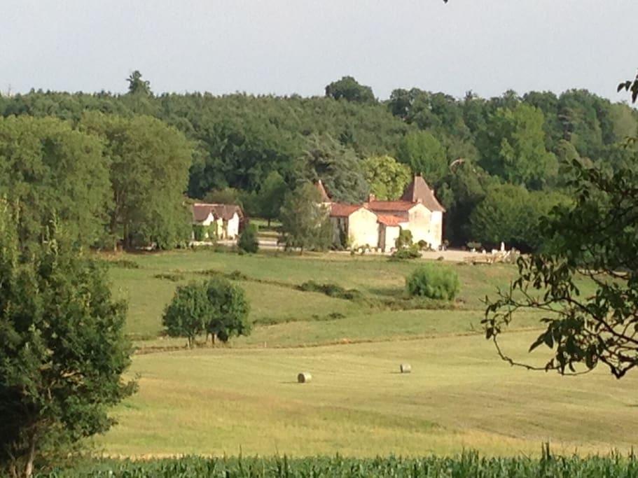 Château du 16e siècle dàns la proprieté
