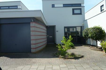 Gezellig en ruim huis voor U alleen - Bergen op Zoom - Hus