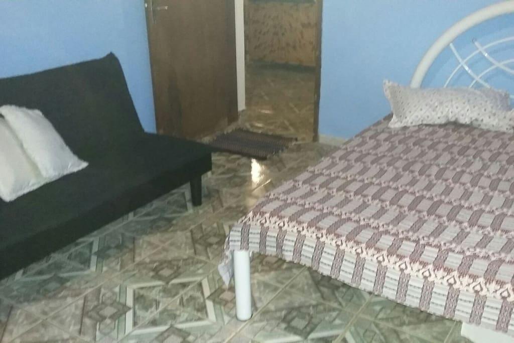 Uma cama de casal com uma bi-cama