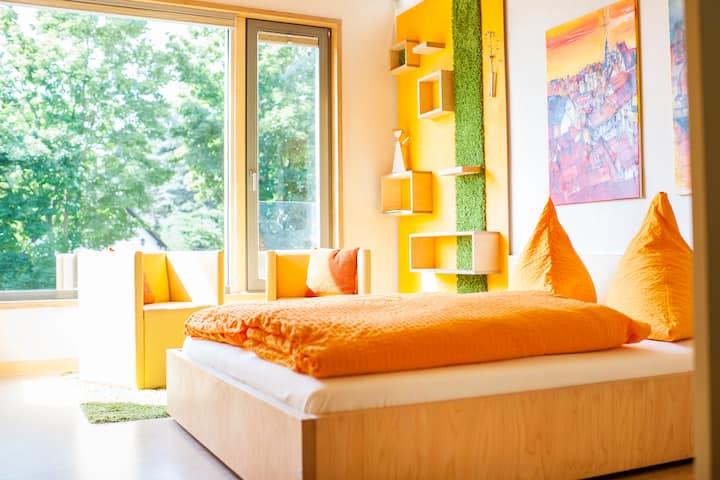 Lichtdurchflutetes, modernes Doppelzimmer