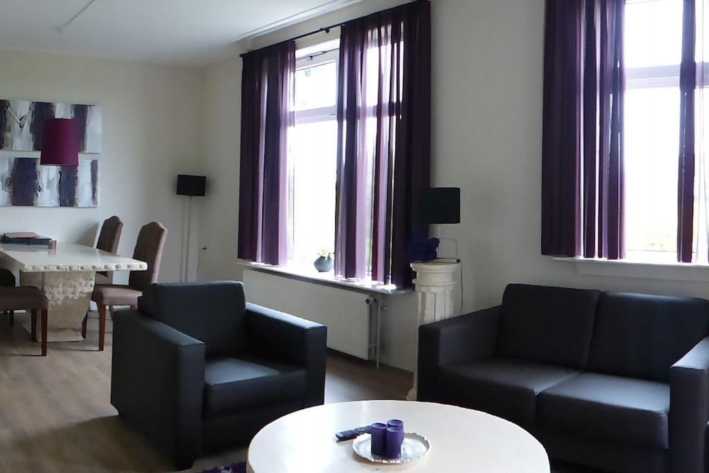 Sfeervolle gezellige woonkamer pas gerenoveerd in moderne griekse stijl