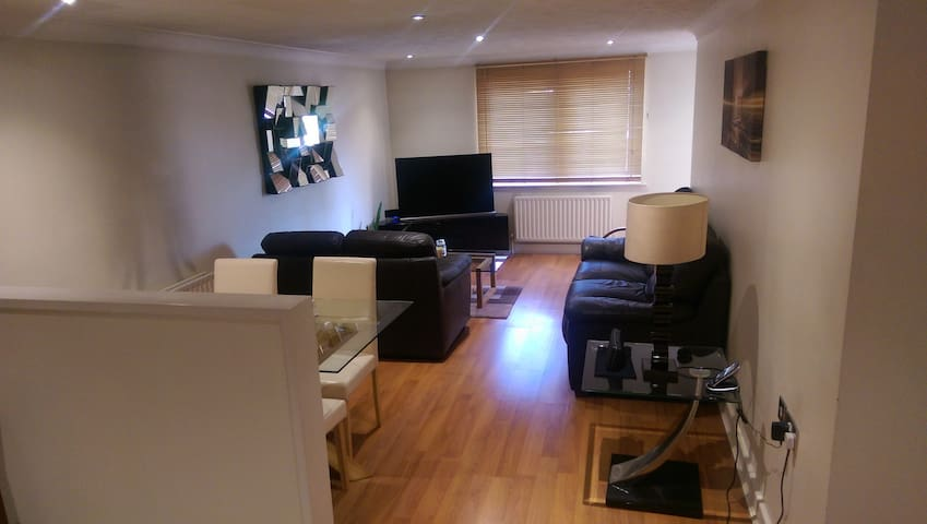 Modern, 2 bedroom Apartment in a Great Location - Croydon - Apartament