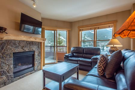 Spectacular mountain views, just steps from Super Bee, 3 outdoor hot tubs, fr