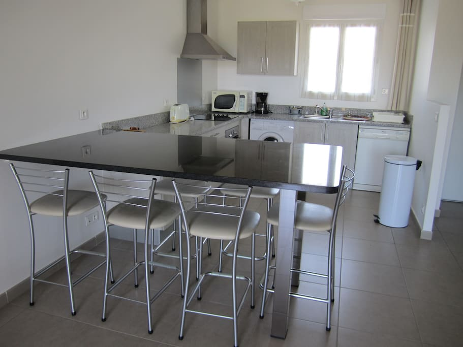 La cuisine est bien équipée (lave linge, lave vaisselle, plaque de cuisson, four, micro-onde