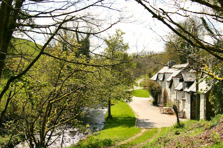 Tranquil Exmoor waters edge cottage
