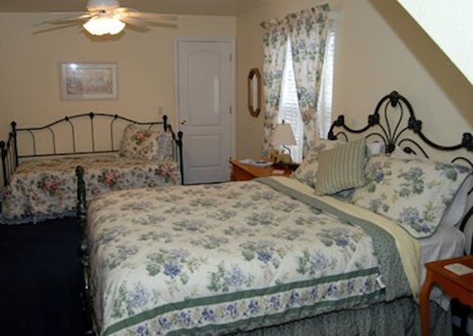 Palmer House Bed and Breakfast - Country Morning - Lithia - Bed & Breakfast