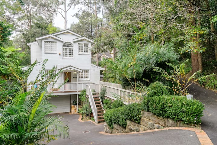Quiet, centrally located family home. 30m to city. - Pymble