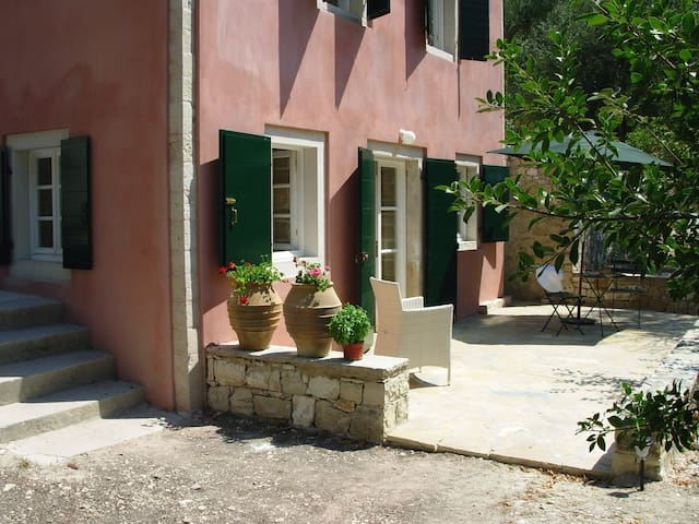 Secluded studio in romantic garden, olive trees. - Paxos - Leilighet