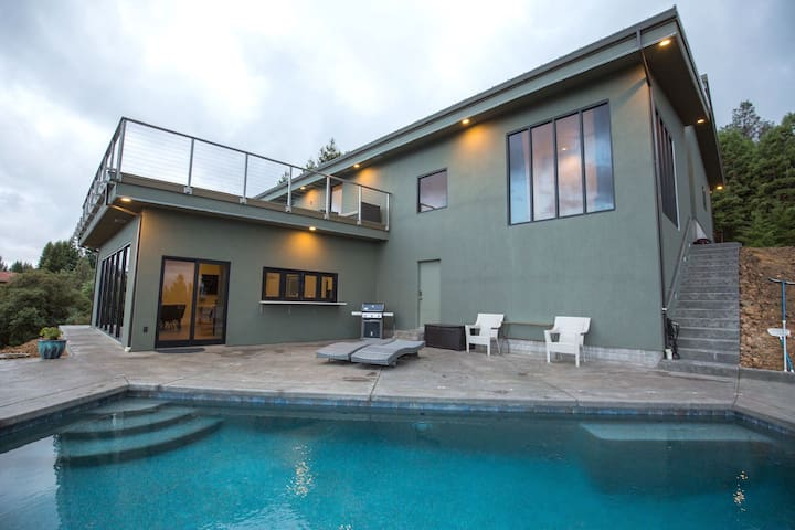 Modern Home Overlooking Ukiah Valley