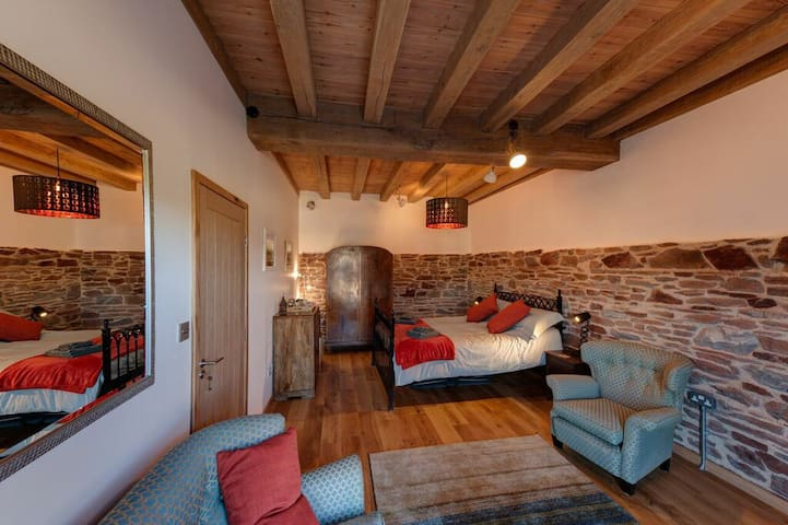 Cosy room in 16th century restored tidal mill - Millbrook - 家庭式旅館