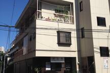 路地を出ると大通り。誠道館ビル。