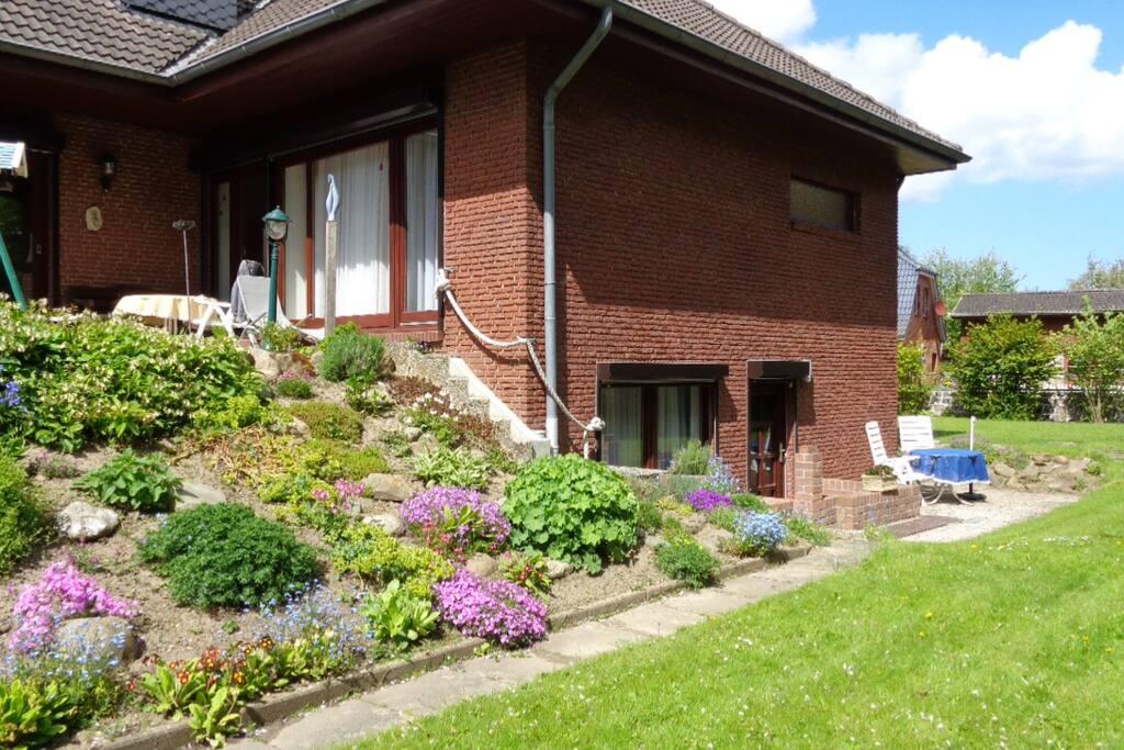 Blick vom Garten auf das Haupthaus (rechts unten die FeWo)