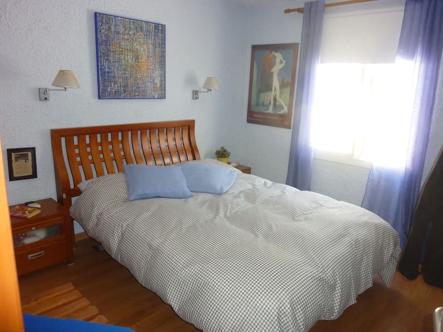 Dormitorio con colchón de latex, somier articulado.