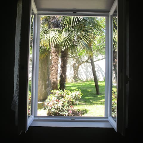 Agréable Chambre et Sdb privative vue sur jardin - Buros - Casa