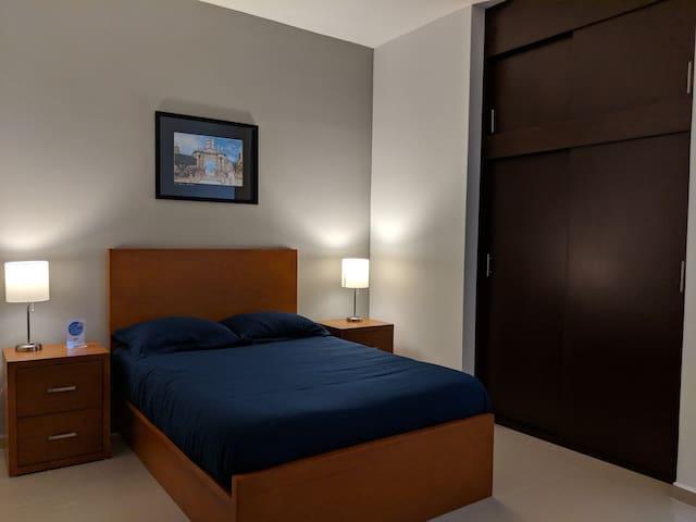 Recámara equipada con una cómoda cama matrimonial con colchón y almohadas de memory foam ideales para tu descanso.