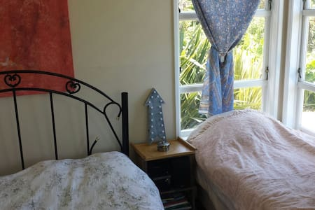 Bush & seaviews - sleeps 3! - Bethells Beach - Hus