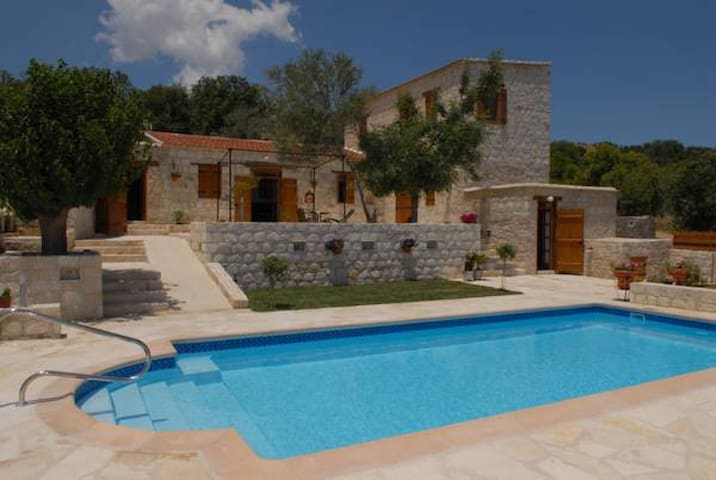 Entire Complex of 5 houses-8 bedrooms - Paphos - Casa de campo