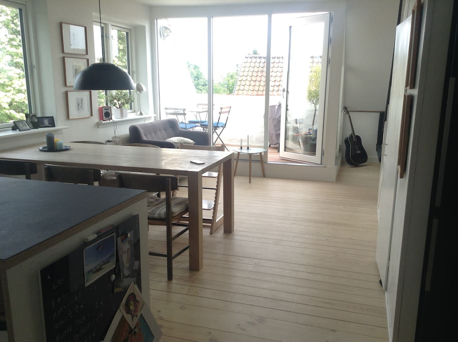 Kitchen / dining room w. balcony