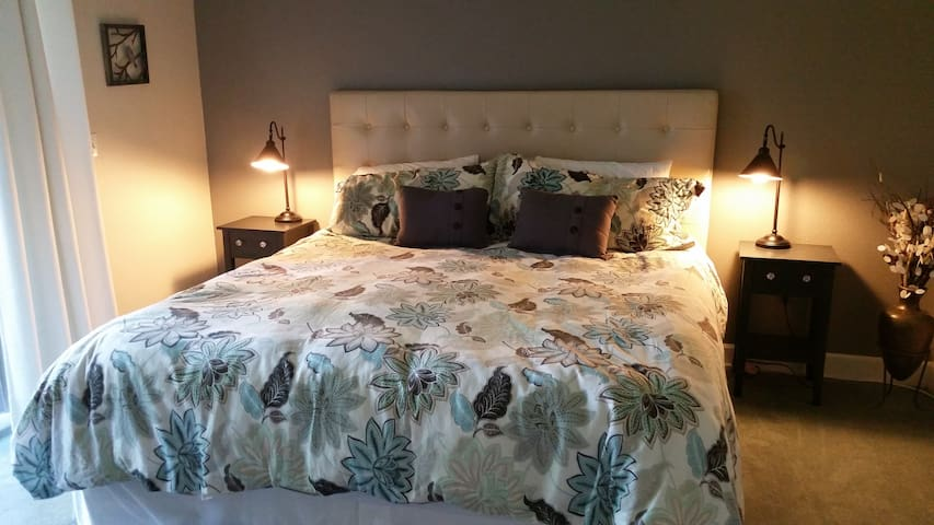 Super comfy King bed with high quality sheets, fleece blanket and down comforter.