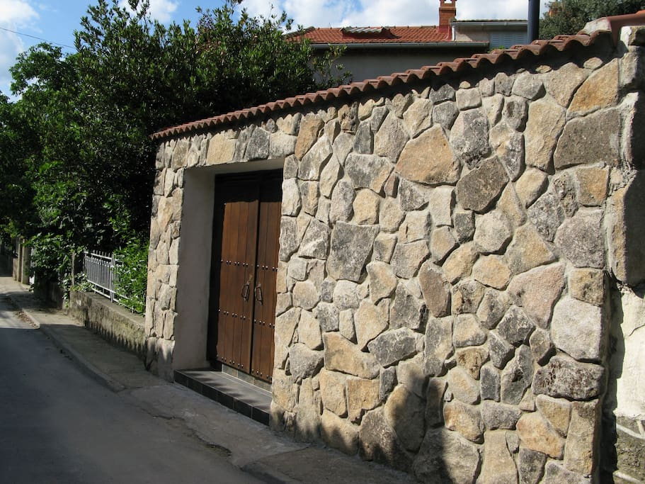 entrada a la casa de cucu - navaluenga