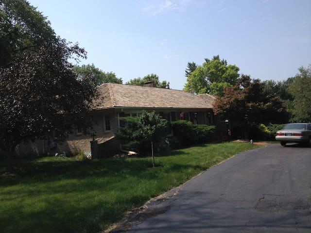 Quiet suburban, large master brm - Overland Park - Huis