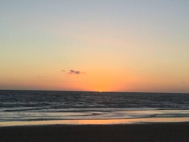 Los mejores atardeceres de Uruguay en la playa Solanas a 2 minutos en auto del complejo.