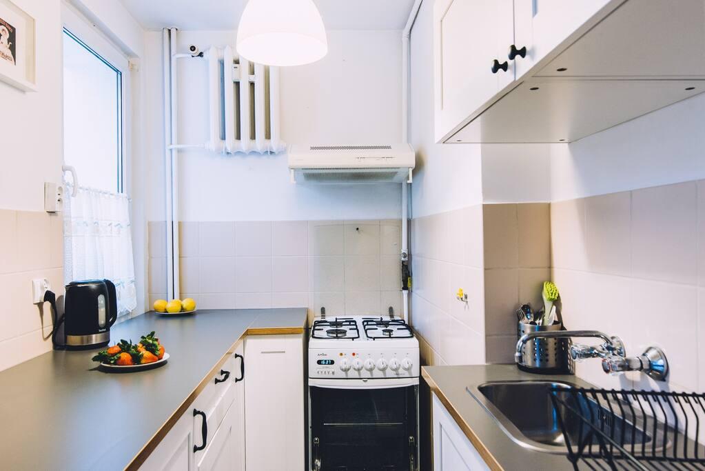 Kuchnia. Wyposażona: naczynia, mikrofalówka, lodówka