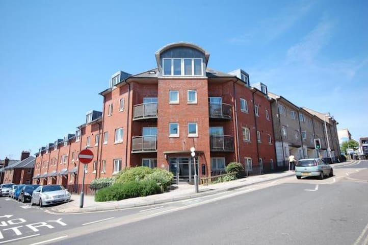 City Centre Penthouse - Sleeps 6 - Exeter - Apartment