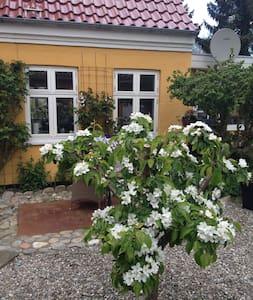 Dejligt romantisk hus med stor have - House