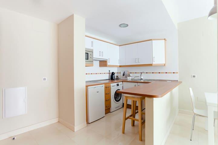 La cocina se completa con una barra y dos taburetes, ideal para desayunar o tomar algo rápido
