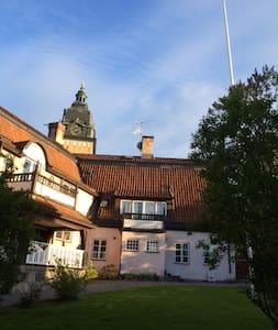 2 rok granne med Strängnäs Domkyrka - Strängnäs - 公寓