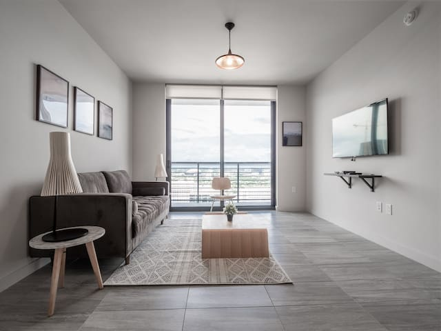 Central 1 BR w/ City View + Gym & Pool | Downtown