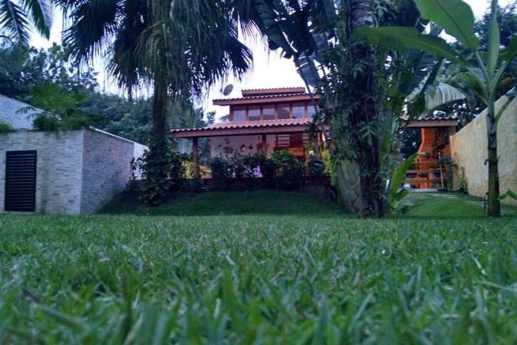 gramado , paisagismo com taludes .