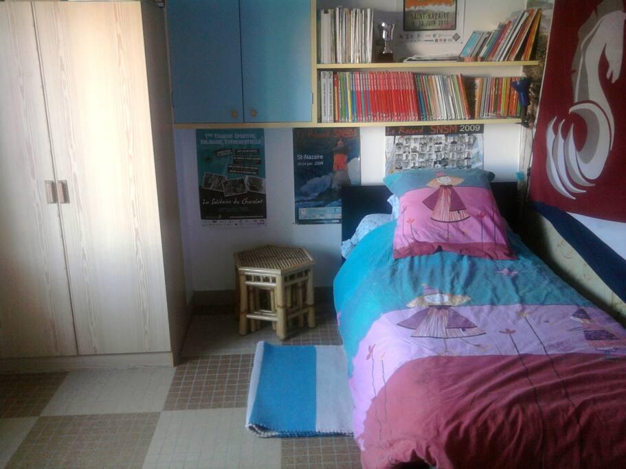 chambre 1 avec lit 1 personne + lit tiroir en dessous pour un enfant ou un adolescent