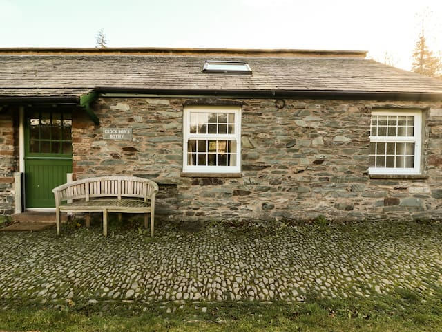 CROCK BOYS BOTHY, with a garden in Glenridding, Ref 988236