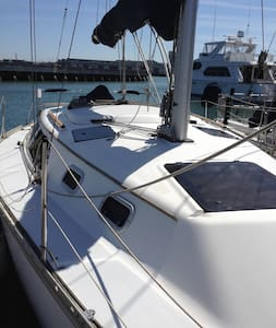 Room type: Entire home/apt Property type: Boat Accommodates: 2 Bedrooms: 1 Bathrooms: 1